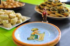 Geschirr mit Schulmotiven ist ein toller Blickfang zur Einschulungsparty Party, Desserts, Pink, Food, School Boy, Beginning Of School, Awesome Things, School Kids, Back To School