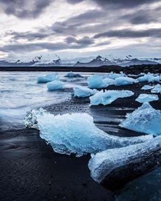 jokulsarlon beach. iceland. sunset on the glacier lagoon black sand beach.