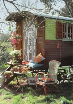 Image shared by Karrie. Find images and videos about gypsy, Caravan and gypsy wagon on We Heart It - the app to get lost in what you love. Gypsy Home, Boho Home, Glamping, Gypsy Caravan, Gypsy Wagon, Gypsy Trailer, Caravan Shop, Gypsy Style, Bohemian Style