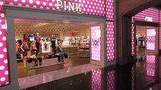 Entrada y mesa de bienvenida new-pink-store-at-miracle-mile-shops
