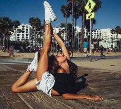 Imagen de dance, beach, and dancer Dance Picture Poses, Dance Photo Shoot, Dance Poses, Dance Pictures, Dance Photography Poses, Gymnastics Photography, Flexibility Dance, Gymnastics Workout, Rhythmic Gymnastics