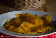 Zucca marinata cruda è un contorno vegano gustoso e facile da preparare.