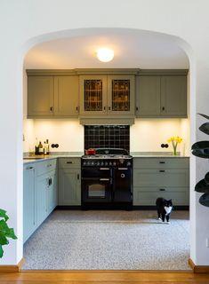 Op maat gemaakte Art Deco keuken door 't Kroonhuys.  Voor meer informatie over een keuken op maat kunt u contact met ons opnemen. Decor, Home, Kitchen Cabinets, Cabinet, Kitchen