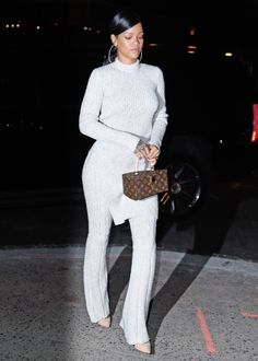 Rihanna with Luis Vuitton bag and outfit Estilo Rihanna, Mode Rihanna, Rihanna Style, Rihanna Fashion, Rihanna Fenty, Fashion Killa, Look Fashion, Winter Fashion, Fashion Outfits