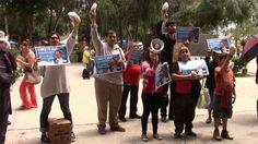 Manifestación de estudiantes y personas de la tercera edad en reclamo del transporte gratuito.