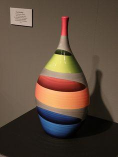 Greatness in the form of pot! Glass Painting Designs, Pottery Painting Designs, Paint Designs, Pottery Art, Glass Bottle Crafts, Wine Bottle Art, Diy Bottle, Garrafa Diy, Painted Plant Pots