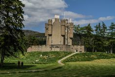 Discover the best Scottish Castles - 19 of the best castles in Scotland including the best ruins, the most fairytale-looking. with photos and a video Abandoned Castles, Abandoned Mansions, Abandoned Houses, Abandoned Places, Monuments, Cairngorms National Park, Abandoned Amusement Parks, Photo Maps, Scottish Castles
