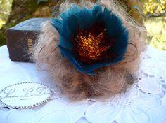 Broche fleur en laine mohair et plumes de coq par severineledore, €21.00