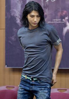Leo>.<. Personally he looks like one of Twilight Saga wolves.  Cute but hottylicious.