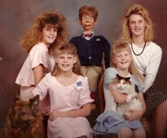 If you think your family is awkward, you've seen nothing yet! Check out these 17 awkward family photos you'd wish you hadn't seen! Funny Family Portraits, Weird Family Photos, Awkward Family Photos, Strange Family, Family Pictures, Awkward Pictures, Odd Pictures, Sibling Photos, Funny Animal Pictures