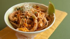 20 minutes is all it takes to make this incredibly flavourful Thai noodle dish. Healthy Thai Recipes, Epicure Recipes, Healthy Recepies, Lunch Recipes, Dinner Recipes, Free Recipes, Ratatouille, Easy Pad Thai, Clean Eating Chicken