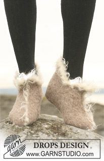 """Ravelry: Felted slippers in 2 threads """"Alpaca"""" with crochet border in """"Puddel"""" pattern by DROPS design Ravelry Free Patterns, Knitting Patterns Free, Knit Patterns, Free Knitting, Knitting Socks, Elf Slippers, Knitted Slippers, Robin, Drops Design"""