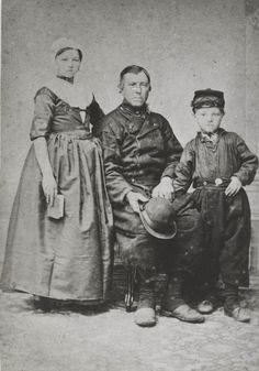 Pier Weerstand met dochter en zoon, gekleed in Urker streekdracht. ca 1900 #Urk