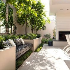 Best Totally Free small Garden Seating Concepts Outdoor spaces and patios beckon, particularly when weather gets warmer. Small Courtyard Gardens, Small Courtyards, Terrace Garden, Small Gardens, Garden Beds, Outdoor Gardens, Modern Courtyard, Courtyard Design, Garden Benches