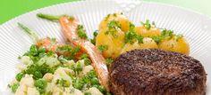 Traditionelle karbonader med mælkekogte gulerødder, blomkål og ærter, serveret med kogte kartofler. Klik her og se opskriften