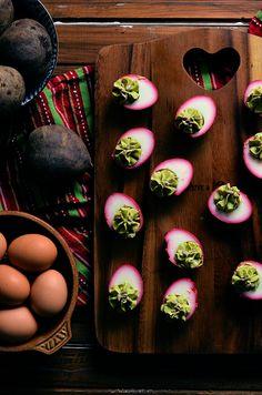 I adore cinnamon- subiektywny blog kulinarny o zapachu cynamonu: Jajka piklowane w burakach faszerowane kremem z awokado