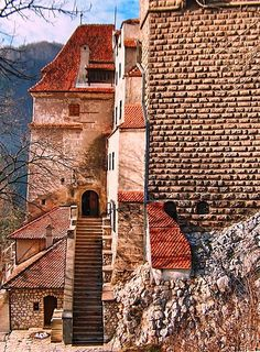 This photo from Brasov, East is titled 'Bran Castle'. Romania Map, Brasov Romania, Bucharest Romania, Romanian Castles, Beautiful World, Beautiful Places, Dracula Castle, Medieval World, Castle Ruins