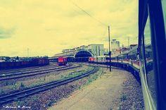 Aproximando-se da estação de Bauru em 1992. O trem de passageiros (composta por uma mistura de Pullman Padrão, Budd 500 e 800 carros Budd) rebocado por um EMD G12   Hoje em dia esse trem não existe mais, a estação foi abandonada e a eletrificação foi suprimida. Que vergonha.