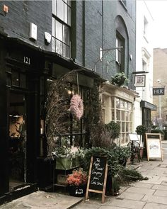 The Real Flower Company, London 📷 Flower shops are so stunning this time of year - and 's black shopfront 🖤… Flower Company, Real Flowers, Curb Appeal, London, Deco, Flower Shops, Shopping, Madrid, Alternative