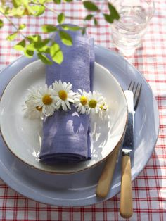 Pretty Daisies wrapped around Linen, so Fresh for a Garden Party :)  I love daisies with blue!