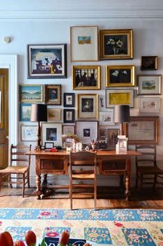 This NYC apartment has a dark, rich color scheme that still feels bright and youthful. The gallery wall is stunning and Greenwich Village, Apartment Therapy, Apartment Walls, Apartment Ideas, Cozy Apartment, Apartment Interior, Apartment Living, Retro Home Decor, Cheap Home Decor