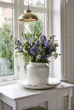 VIBEKE DESIGN: beautiful farmhouse flower arrangement in purple and white that looks fresh from the garden