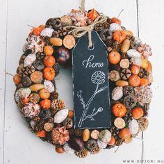 'Home' feliratú őszi kopogtató - Kopogtatók - Di Fiori Christmas Pine Cones, Christmas Wreaths, Christmas Decorations, Creative Crafts, Diy And Crafts, Seasonal Decor, Fall Decor, Autumn Crafts, Autumn Wreaths