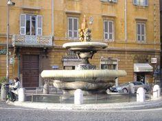 Fontana dell'Ara Coeli. La fontana,realizzata nel 1589, dopo l'adduzione dell'Acqua Felice, è situata su una piazza non distante dal Campidoglio, lungo la più importante via di accesso al colle che, in quegli anni, stava subendo un profondo rinnovamento edilizio.
