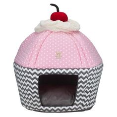 Cama Cupcake Chevron Cinza e Poá Rosa - Woof PetContent filed under the Dog Houses taxonomy. Pet Beds, Dog Bed, Diy Pour Chien, Dog Purse, Hedgehog Pet, Pet Hotel, Dog Rooms, Dog Diapers, Baby Puppies