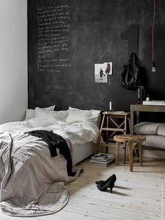 Cubre una pared de negro usando pintura para pizarrón, y escribe notas que salgan de tu cabeza. Bedroom Black, Black Bedrooms, Grey Wall Bedroom, Black White And Grey Bedroom, Black Walls, Luxury Bedrooms, Modern Bedroom, Master Bedrooms, Trendy Bedroom