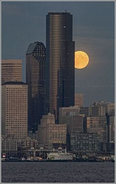 West Seattle Blog… David Hutchinson shares an excellent view of a spectacular moonrise!