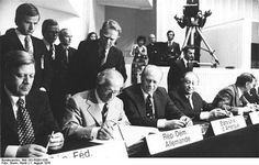 Kreisky (sitzend 4. von links) bei der Unterzeichnung der Schlussakte von Helsinki (1975)