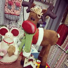 Rudolf, nossa rena do nariz vermelho.  By anefazendoarte.
