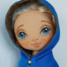 А вот и та таинственная незнакомка в плаще, последняя из трех куколок-малышек. Интересный образ у нас вышел. Может у кото-то есть предположения. Подскажу немного образ из фильма, наверное, очень популярного #torrytoys #textiledolls #dolls #doll #handmadedoll #ragdoll #dubai #qatar #moscow #кукларучнойработы #куклы #авторскаякукла #текстильнаякукла #коллекционнаякукла
