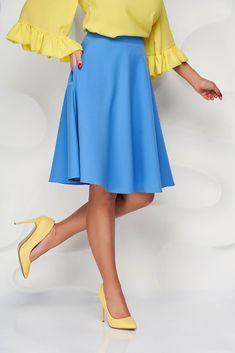 Fusta universala ce avantajeaza silueta feminina. Se potriveste in tinute office si casual-chic. Croiala evazata cu talie inalta, buzunare laterale, betelie in talie si incheiata cu fermoar la spate. Este confectionata din stofa elastica uni. Waist Skirt, High Waisted Skirt, Casual Chic, Spandex, Skirts, Fashion, Atelier, Casual Dressy, Moda