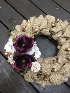 ゴールドのドングリやパール調の松ぼっくりがあしらわれたリースはとても華やかです。シックな色合いの花が全体を引き締めてくれますね。