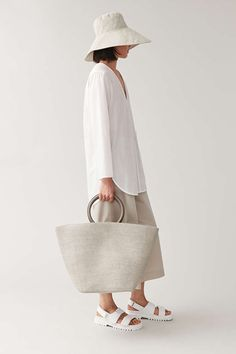 Minimal Outfit, Minimal Fashion, Timeless Fashion, Cos Stores, Leather Ring, Sartorialist, Daily Dress, Basket Bag, Knitted Bags