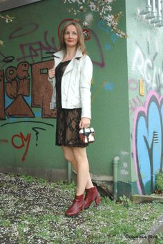 Elegance & Ease: White Leather Jacket &Little Black Dress- Spitzenkleid locker geschnitten gefällt mir