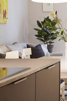 Asuntokaupat sokkona -ohjelman kymmenennen jakson kompaktin arvokohteen keittiössä vetiminä toimivat linjakkaat ja modernit Lungot! #asuntokaupatsokkona #nelonen #jakso10 #vetimet #vedin #sisustus #sisustussuunnittelu #keittiö #keittiösuunnittelu #kitchen #inspiraatio #ideoita #interior #design #Lungo #musta #takakiinnitteinen #profiilivedin #helatukku Floating Nightstand, Table, Furniture, Design, Home Decor, Floating Headboard, Decoration Home, Room Decor