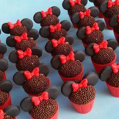 Ei salve esse pin e clique duas vezes. vc vai gostar das 70 receitas de geladinho gourmet que preparamos Mickey Cupcakes, Minnie Mouse Cake, Cupcake Cakes, Mickey Party, Mickey Mouse Birthday, Bolo Da Minnie Mouse, Pastel Mickey, Rodjendanske Torte, Minnie Mouse Party Decorations