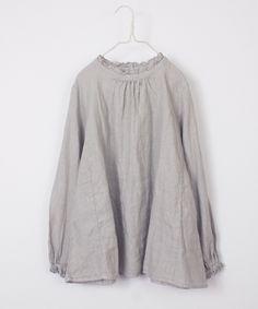 "<span style=color:#0000FF><strong>"" リンネル "" </strong></span>掲載アイテム <br /> <br /> スタンド衿にあしらったシングルフリルがポイントのブラウスです。<br /><br /> 袖口もフリル付きですが、こちらは縫い代部分のゴム仕様。<br /> 着心地と着脱の良さ、見た目と縫いあがりの美しさがあり、重ね着の時のポイントとなります。 <br /><br /> <a href=https://www.instagram.com/p/BPzoJM3BZuY/?r=2341298459 target=_blank><span style=color:#0000FF>&lt..."