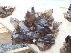Rauchquarzgruppe mit Gewindel  Uri Texture, Chocolate, Meat, Wood, Crafts, Fossils, Minerals, Crystals, Surface Finish
