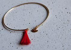 Bracelet jonc avec moineau et pompom corail  : Bracelet par eliseetmoi