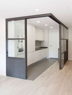 Un piso sencillo de decoración práctica Loft Design, Küchen Design, House Design, Room Deviders, Japanese Living Rooms, Decorative Room Dividers, Studio Apartment Design, Sliding Door Design, Interior Windows