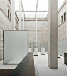 DAVID CHIPPERFIELS wire pedestal + translucent divider--Neues Museum Lichthof