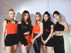 Thanks to lovely MIDZY we could win Rookie Award at 2019 AAA💕 We will become a ITZY that pays back for the love you always give us! Always thankful and love you 🙏❤ Kpop Girl Groups, Korean Girl Groups, Kpop Girls, Programa Musical, Asia Artist Awards, Fandom, Stage Outfits, Summer Baby, Looks Style