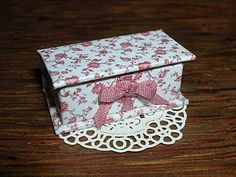 miniature decorative box - Link has tutorial in French, but photos are good.