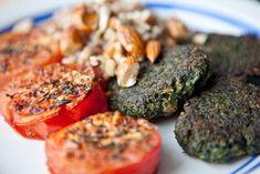 Spinatfrikadeller 450 g (1 pk) hakket, frossen spinat (optøet over natten)  150 g hvedebrød (f.eks. toastbrød – svarer ca. til 4 skiver uden skorpe) 1 æg 1 spsk. garam masala (eller karry) ½ tsk. stødt/revet muskatnød 2 fed hvidløg, presset/finthakket 3 spsk. smagsneutral olie salt og peber Limebåde til servering  Serveres med: -Ovnbagte tomater (tomater, olivenolie og revet parmesanost, bages i ca. en halv time. - Brune ris - Ristede mandler