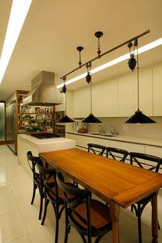 Uma decoração para um dia a dia prático. Veja: https://casadevalentina.com.br/projetos/detalhes/por-uma-rotina-pratica-529 #details #interior #design #decoracao #detalhes #decor #home #casa #design #idea #ideia #cor #color #casadevalentina #diningroom #saladejantar #kitchen #cozinha
