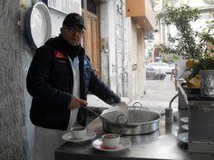 'O brore 'e purpe un'abitudine a Napoli bere l'acqua di cottura del polipo. Storici locali nei pressi di porta Capuana